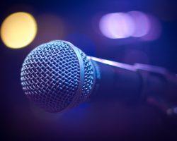 Mikrofon med ljus i bakgrunden